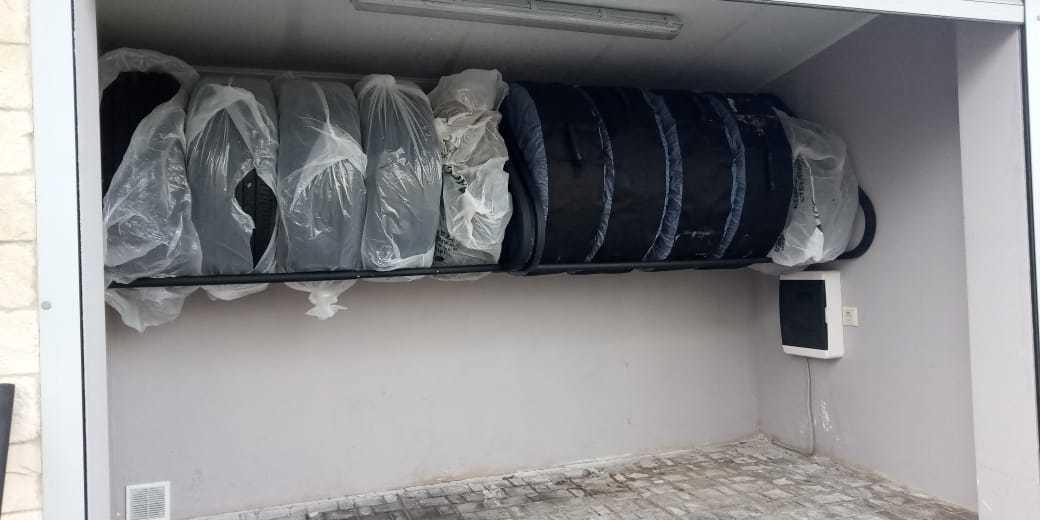 раздвижная полка для хранения колес