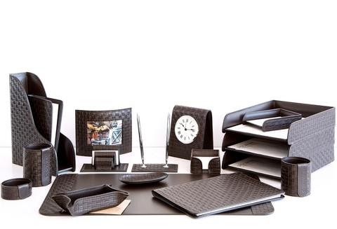 На фото набор на стол руководителя артикул 61915-EX/CT 18 предметов выполнен в цвете темно-коричневый шоколад кожи Cuoietto Treccia и Cuoietto. Возможно изготовление в черном цвете.