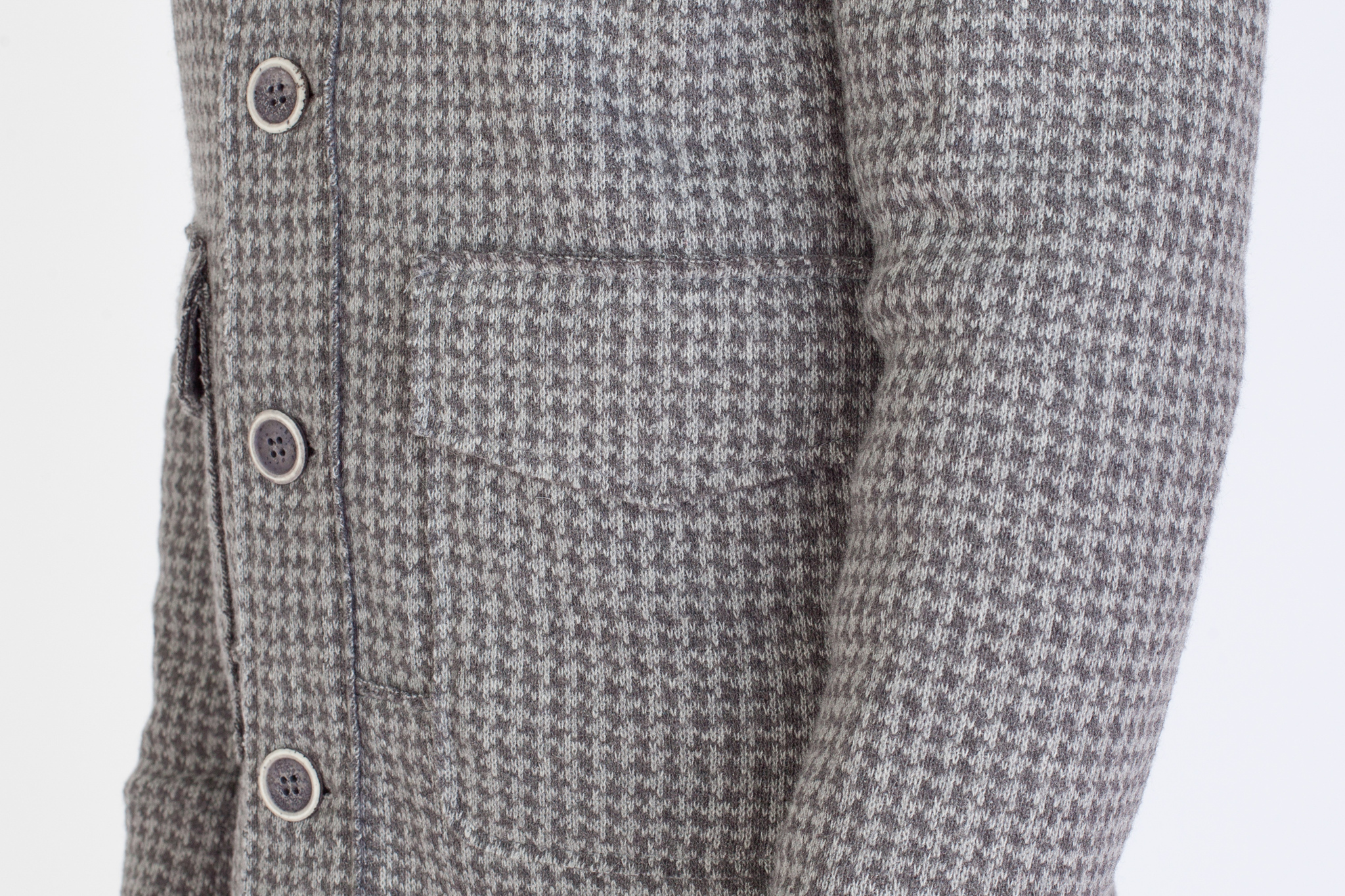Лёгкая серая короткая куртка из смеси синтетики и шерсти с узором «гусиная лапка», накладной карман