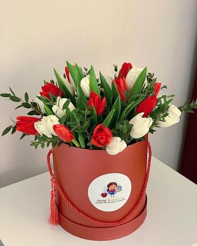 Авторская композиция из тюльпанов в красной коробке