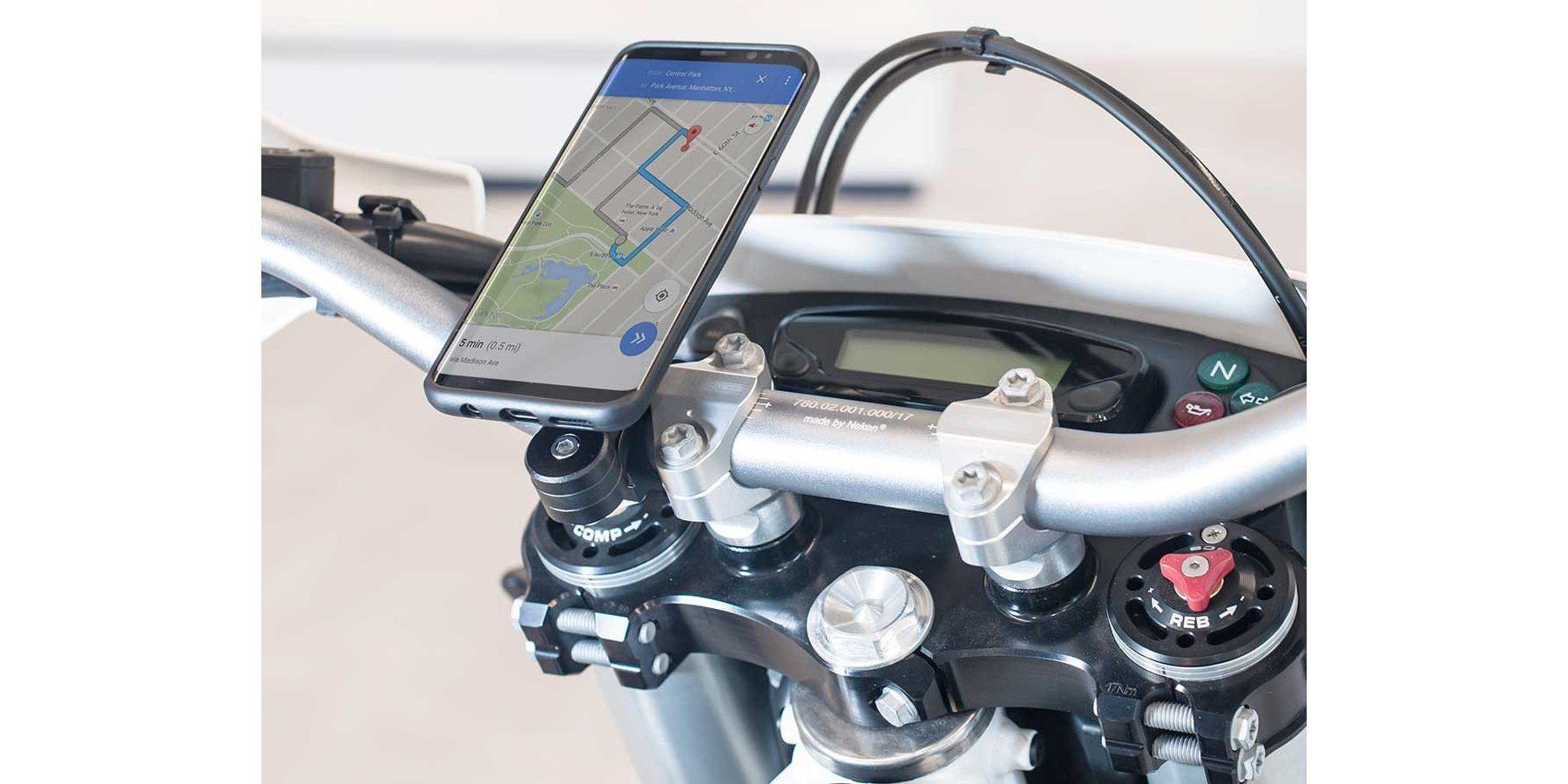 Набор универсальных креплений для смартфона на мотоцикл SP Moto Bundle Universal пример использования