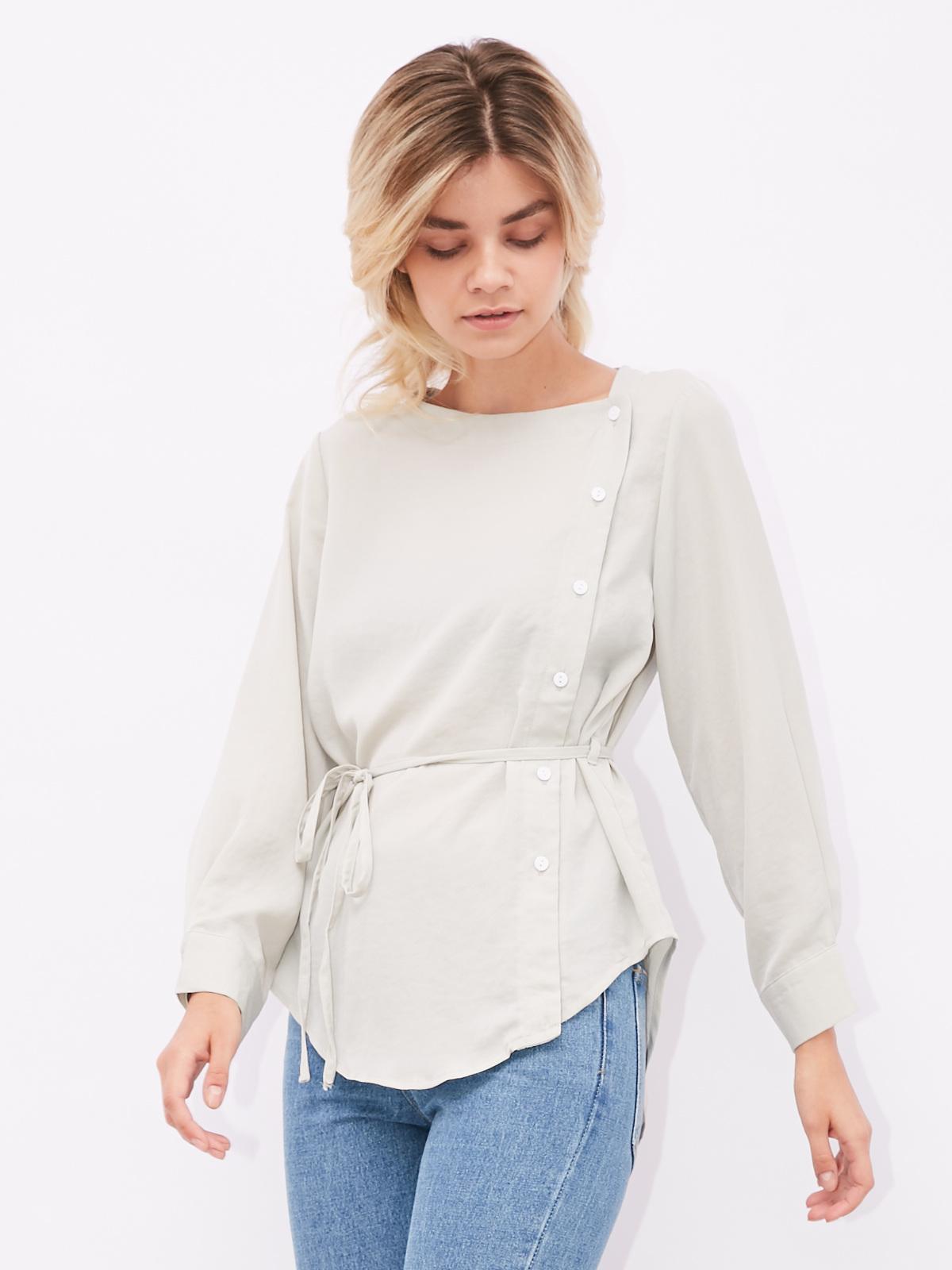 Блуза с пуговицами сбоку и закругленным низом