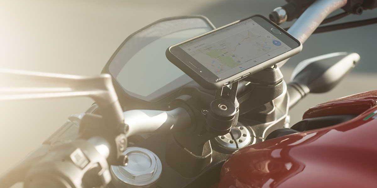 Крепление для смартфона на мотоцикл SP Moto Mount Pro вид на руле
