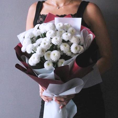 Купить стильный букет 7 белых кустовых помпон хризантем Коконат в Перми