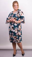 Оливия. Принтованное платье плюс сайз. Изумруд.