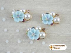 Композиция разноцветные камни и голубой цветок