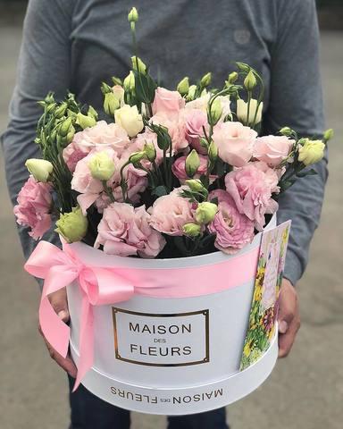 Нежно розовые лизиантусы в белой подарочной коробке