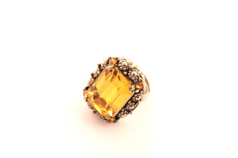 Эффектное кольцо с крупным кристаллом от Hollycraft