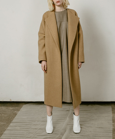 Пальто с высокой шлицей кемел