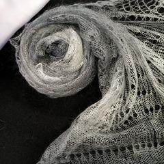 Оренбургский пуховый палантин бело-серый 42