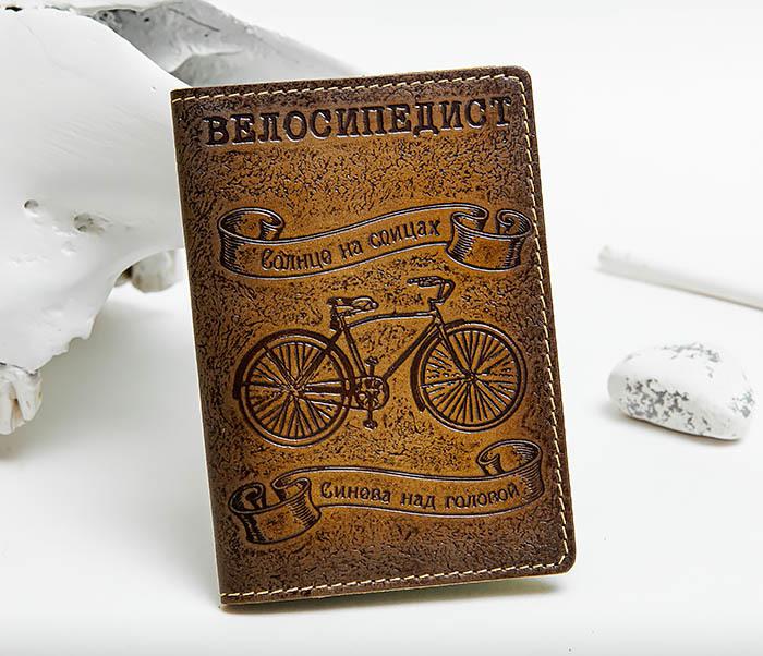 BY140215 Обложка на паспорт из натуральной кожи «Велосипедист»