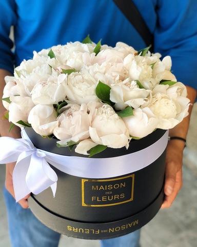 Белые пионы в подарочной коробке
