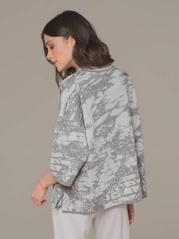 Женский джемпер серого цвета с укороченным рукавом - фото 3