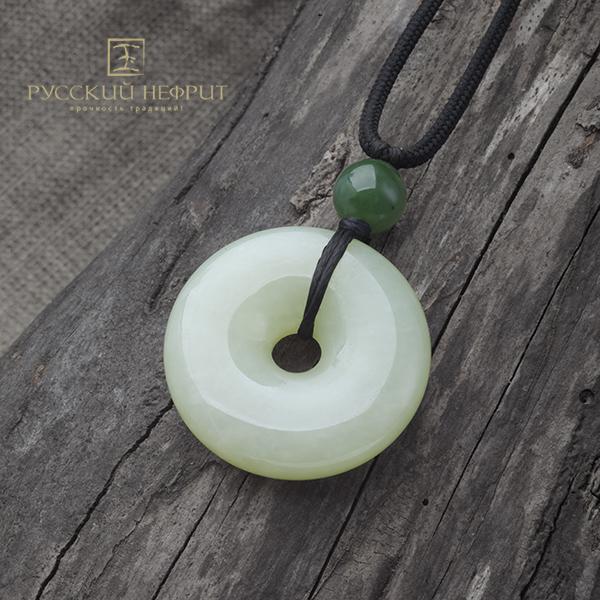 Диск Би большой из буромского нефрита с бусиной из зелёного нефрита.