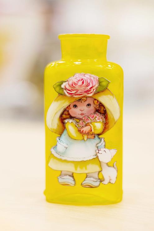 Папертоль Девочка с розами — пример декорированной работы.