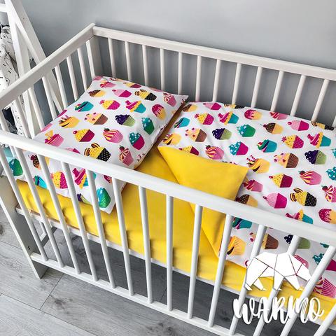 постель в детскую кроватку с кексами фото