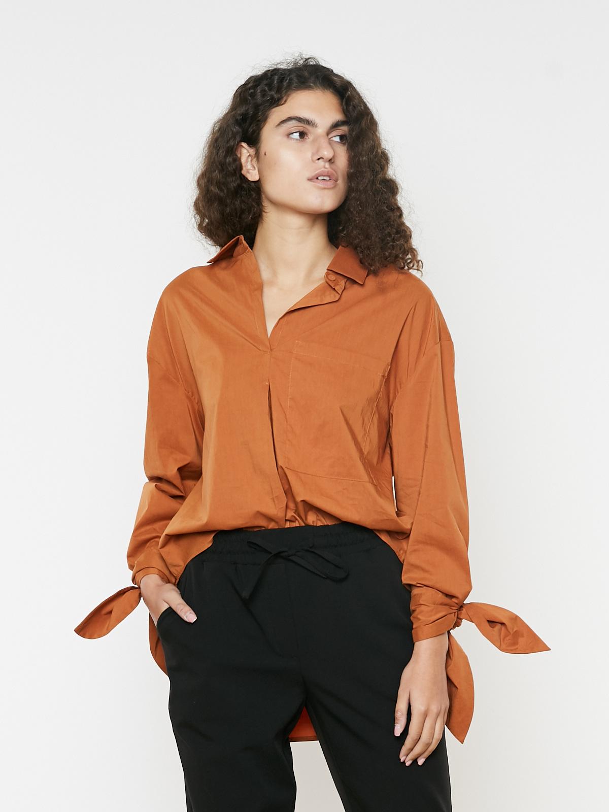 Рубашка с карманом и завязками на рукавах