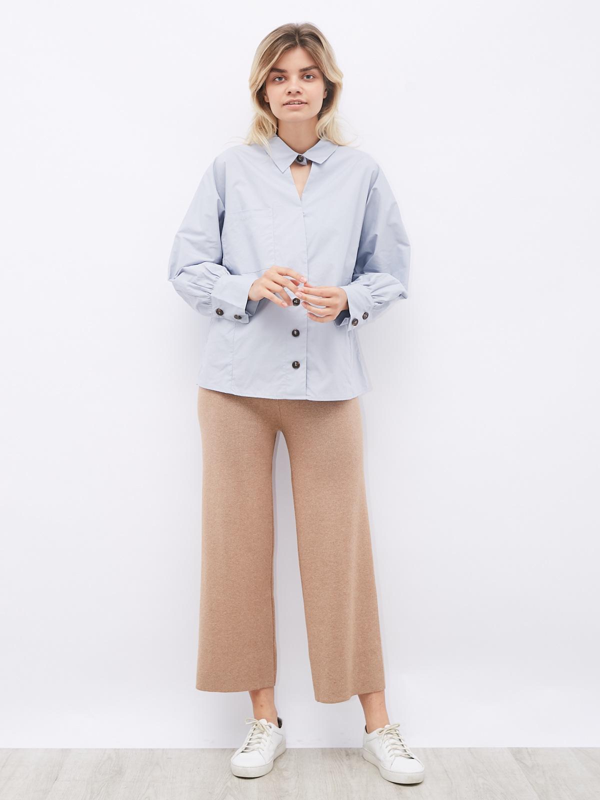 Блуза с застежкой на шее и тремя пуговицами