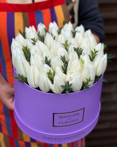 Белые тюльпаны в сиреневой подарочной коробке