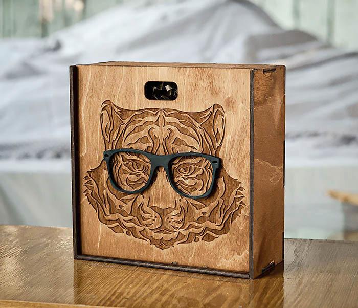 BOX249-2 Подарочная коробка из дерева с тигром в очках (17*17*7 см)