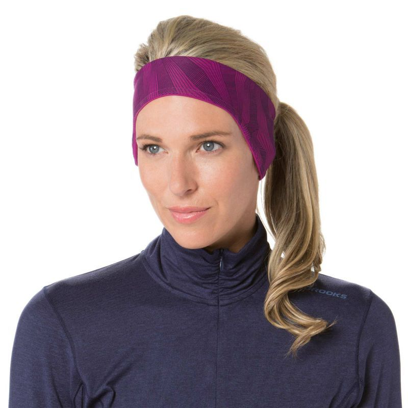 Спортивная повязка цвета фуксия от Брукс для спорта осенью-весной