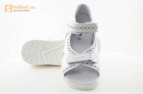 Босоножки для девочек из натуральной кожи с открытым носом на липучках Тотто, цвет белый. Изображение 10 из 15.