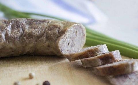 Мясная колбаса в натуральной оболочке