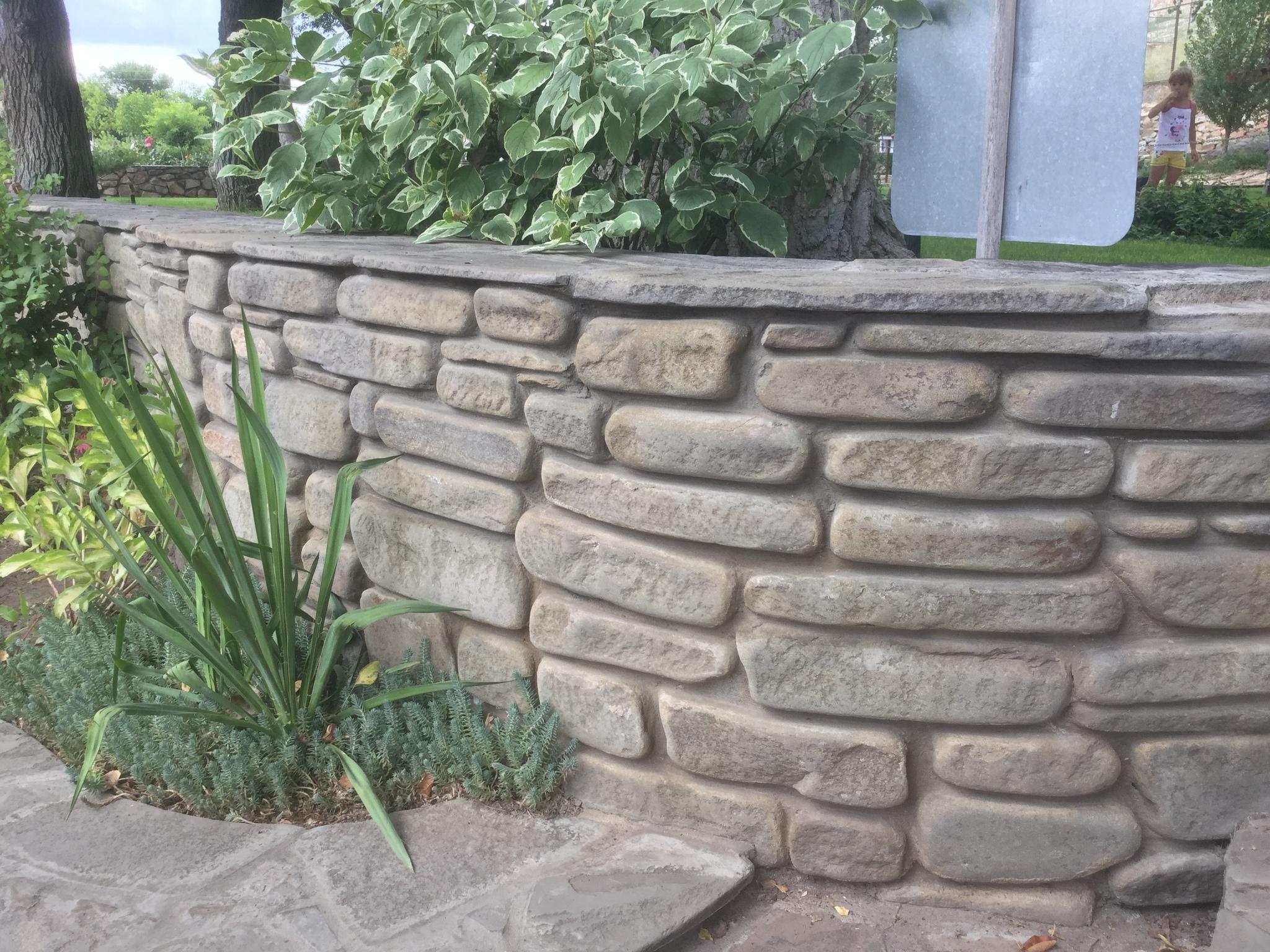 серый цокольный бутовый камень для кладки заборов