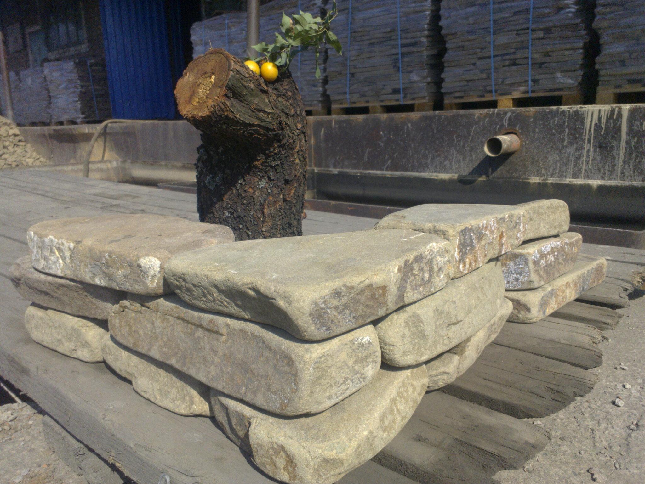 пример кладки серым цокольным камнем