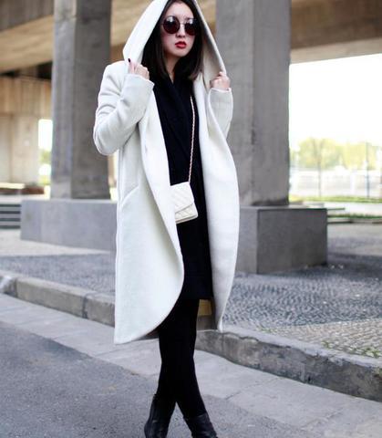Женское пальто с объемным капюшоном