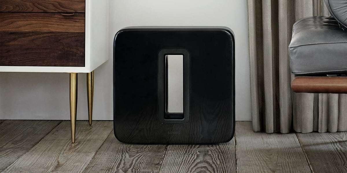 Сабвуфер SONOS Sub Gloss (Black) на полу