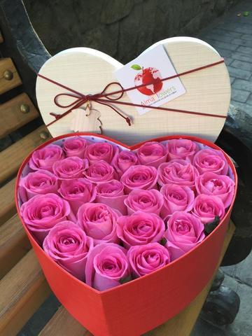 Розовые розы в подарочной коробке в форме сердца