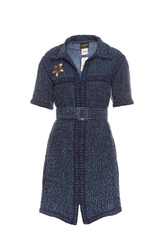 Женственное платье из твида синего цвета от Chanel, 38 размер.