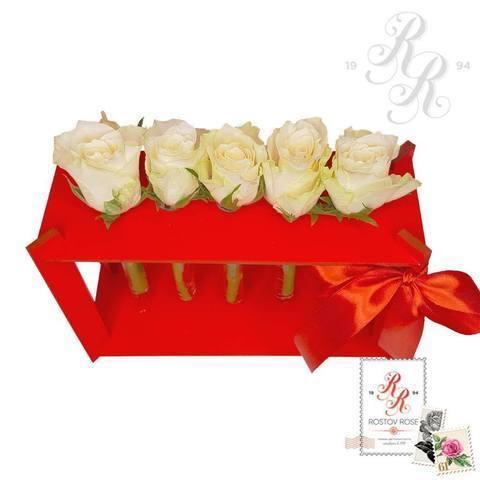 5 белых роз в пробирке