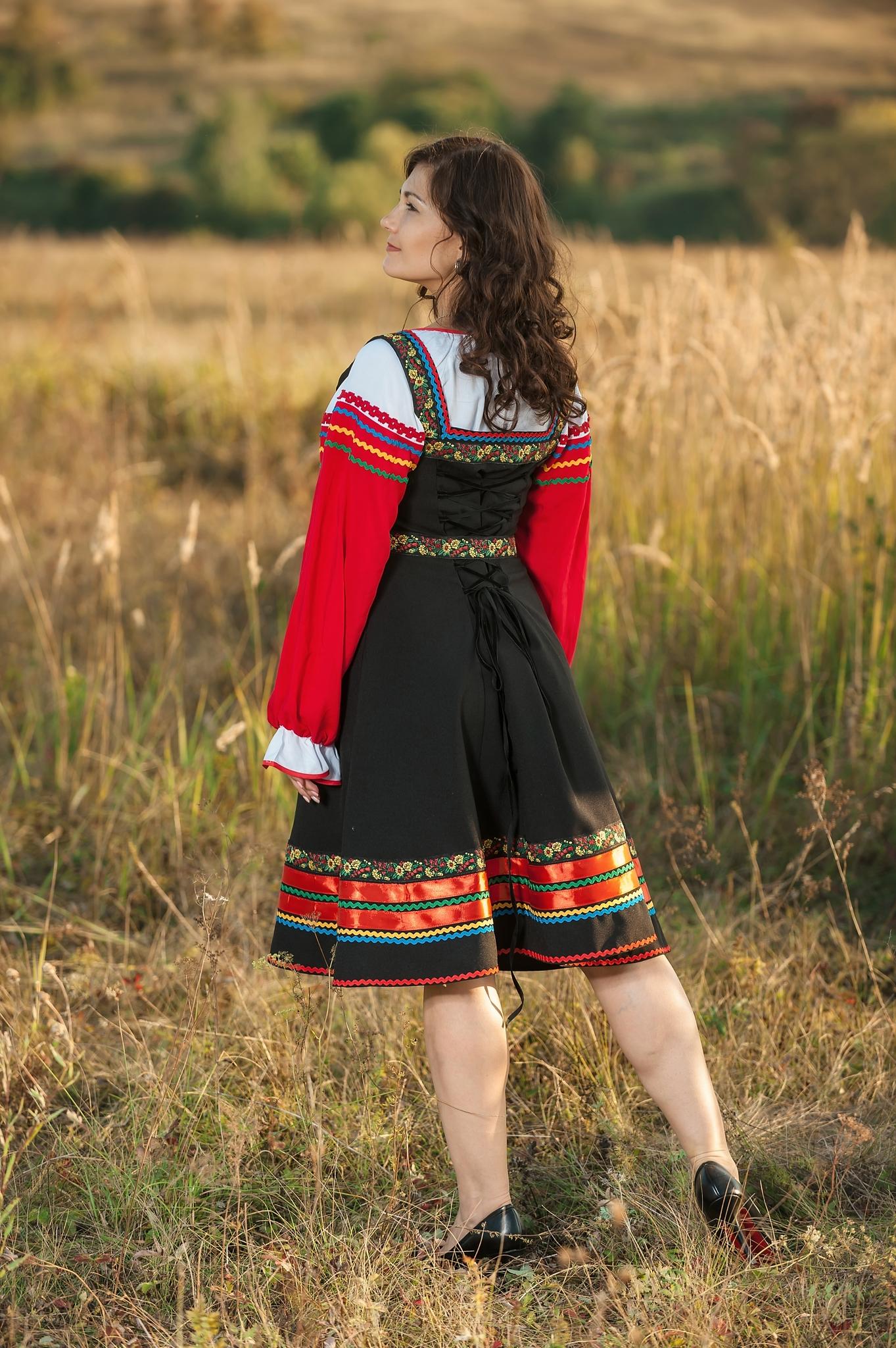 Русский народный костюм Черная смородина вид сзади