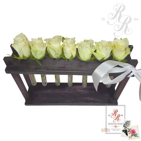 7 белых роз в пробирке