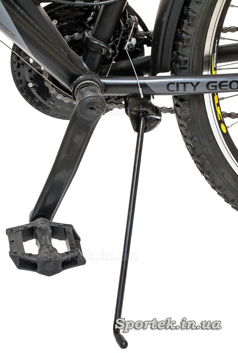 Подножка, установленная на велосипеде