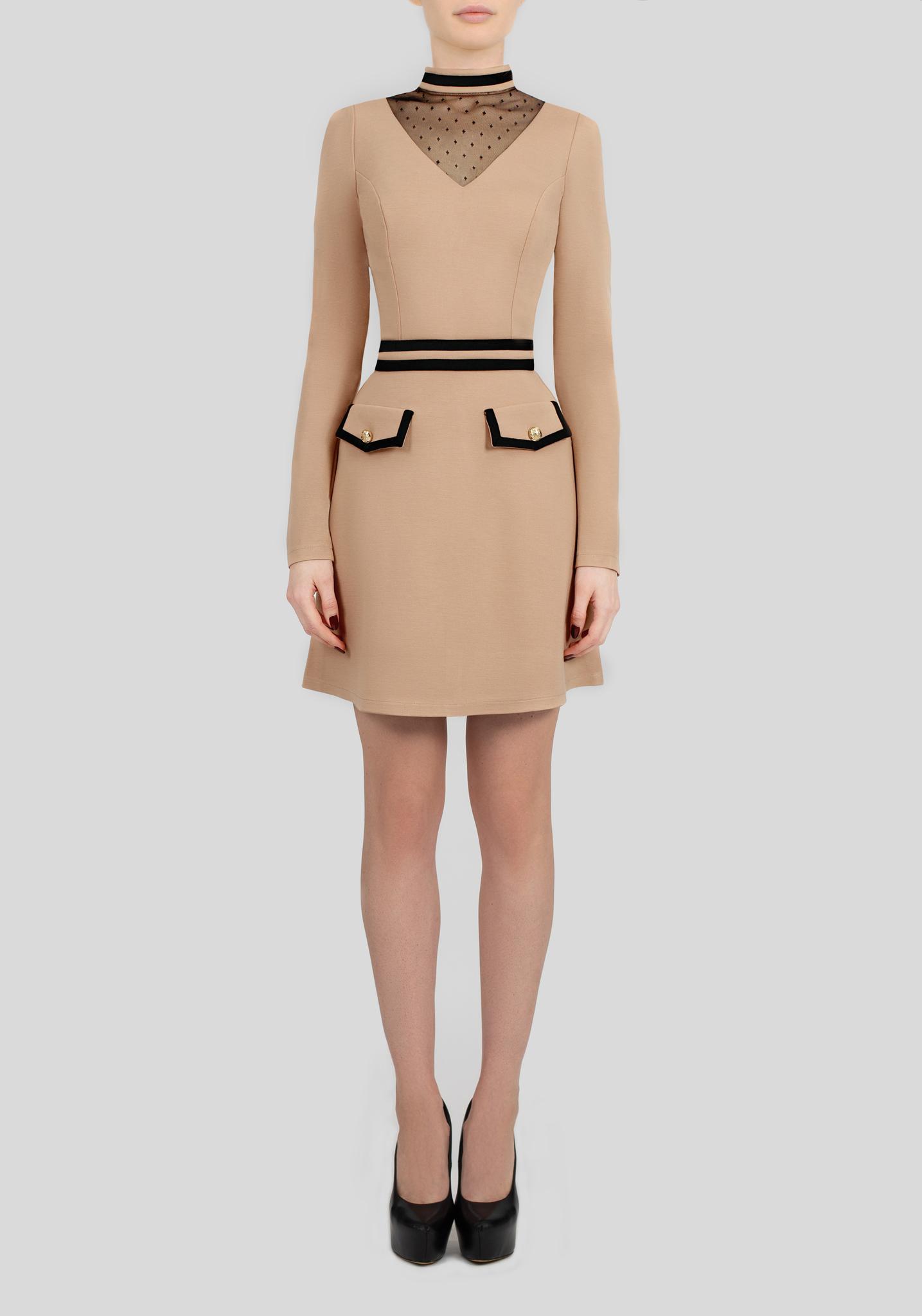 Бежевое платье с кружевной вставкой и карманами