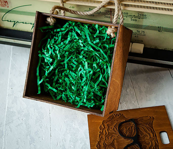 BOX248-2 Коробка с ручками для подарков с тигром в очках (17*17*10 см) фото 06