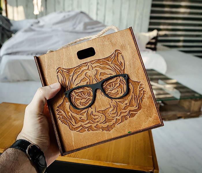 BOX248-2 Коробка с ручками для подарков с тигром в очках (17*17*10 см) фото 07