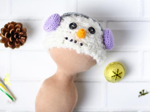 Вязаная шапка для куклы - Снеговик в сиреневых наушниках