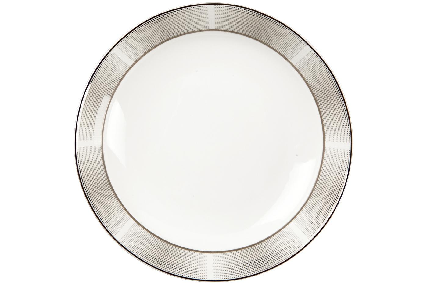 Набор из 6 тарелок суповых Royal Aurel Серебро (20см) арт.715Наборы тарелок<br>Набор из 6 тарелок суповых Royal Aurel Серебро (20см) арт.715<br>Производить посуду из фарфора начали в Китае на стыке 6-7 веков. Неустанно совершенствуя и селективно отбирая сырье для производства посуды из фарфора, мастерам удалось добиться выдающихся характеристик фарфора: белизны и тонкостенности. В XV веке появился особый интерес к китайской фарфоровой посуде, так как в это время Европе возникла мода на самобытные китайские вещи. Роскошный китайский фарфор являлся изыском и был в новинку, поэтому он выступал в качестве подарка королям, а также знатным людям. Такой дорогой подарок был очень престижен и по праву являлся элитной посудой. Как известно из многочисленных исторических документов, в Европе китайские изделия из фарфора ценились практически как золото. <br>Проверка изделий из костяного фарфора на подлинность <br>По сравнению с производством других видов фарфора процесс производства изделий из настоящего костяного фарфора сложен и весьма длителен. Посуда из изящного фарфора - это элитная посуда, которая всегда ассоциируется с богатством, величием и благородством. Несмотря на небольшую толщину, фарфоровая посуда - это очень прочное изделие. Для демонстрации плотности и прочности фарфора можно легко коснуться предметов посуды из фарфора деревянной палочкой, и тогда мы услушим характерный металлический звон. В составе фарфоровой посуды присутствует костяная зола, благодаря чему она может быть намного тоньше (не более 2,5 мм) и легче твердого или мягкого фарфора. Безупречная белизна - ключевой признак отличия такого фарфора от других. Цвет обычного фарфора сероватый или ближе к голубоватому, а костяной фарфор будет всегда будет молочно-белого цвета. Характерная и немаловажная деталь - это невесомая прозрачность изделий из фарфора такая, что сквозь него проходит свет.<br>