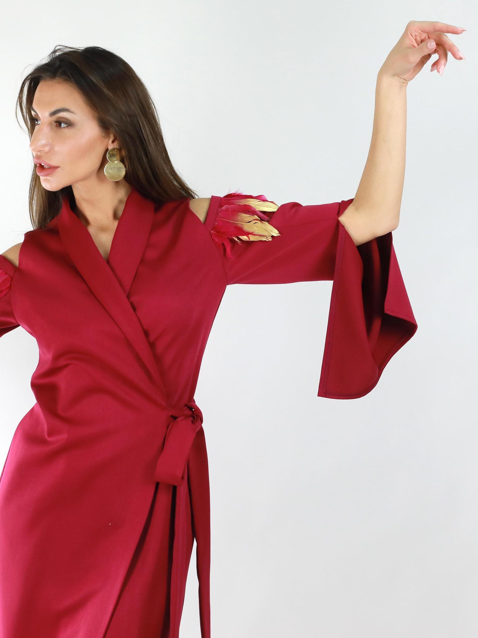 Платье-кимоно с отделкой из золотистых перьев