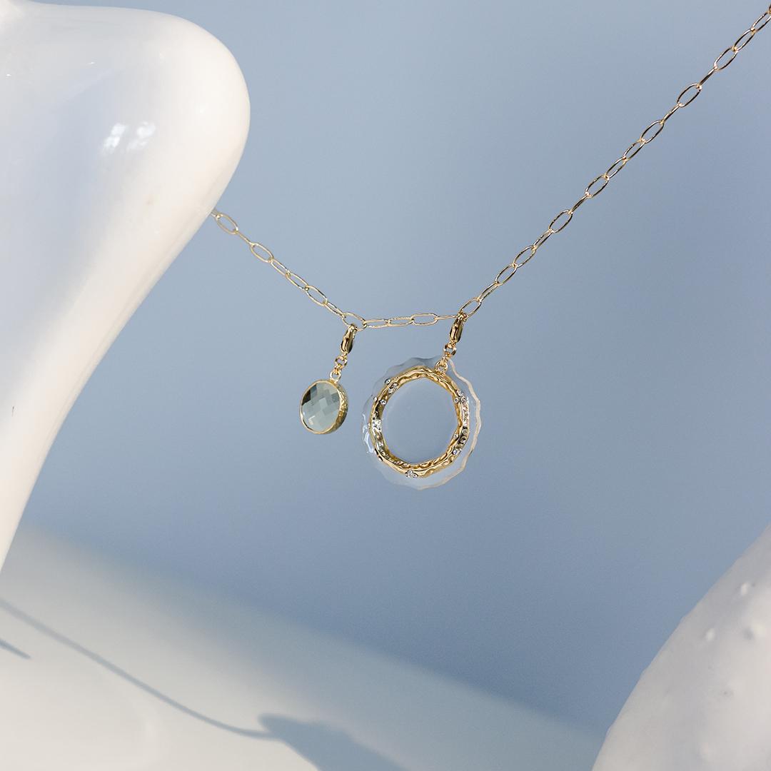 Медальон из прозрачного пластика с позолоченным кольцом и фианитами  оптом и в розницу