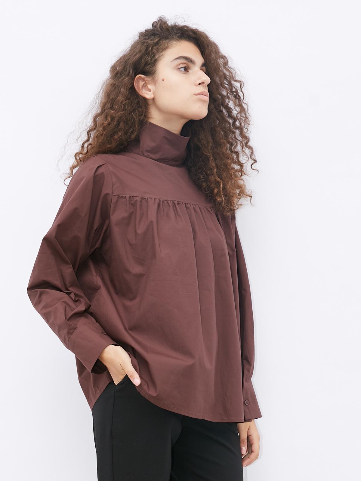 Блуза с воротником стойкой и прострочкой на груди
