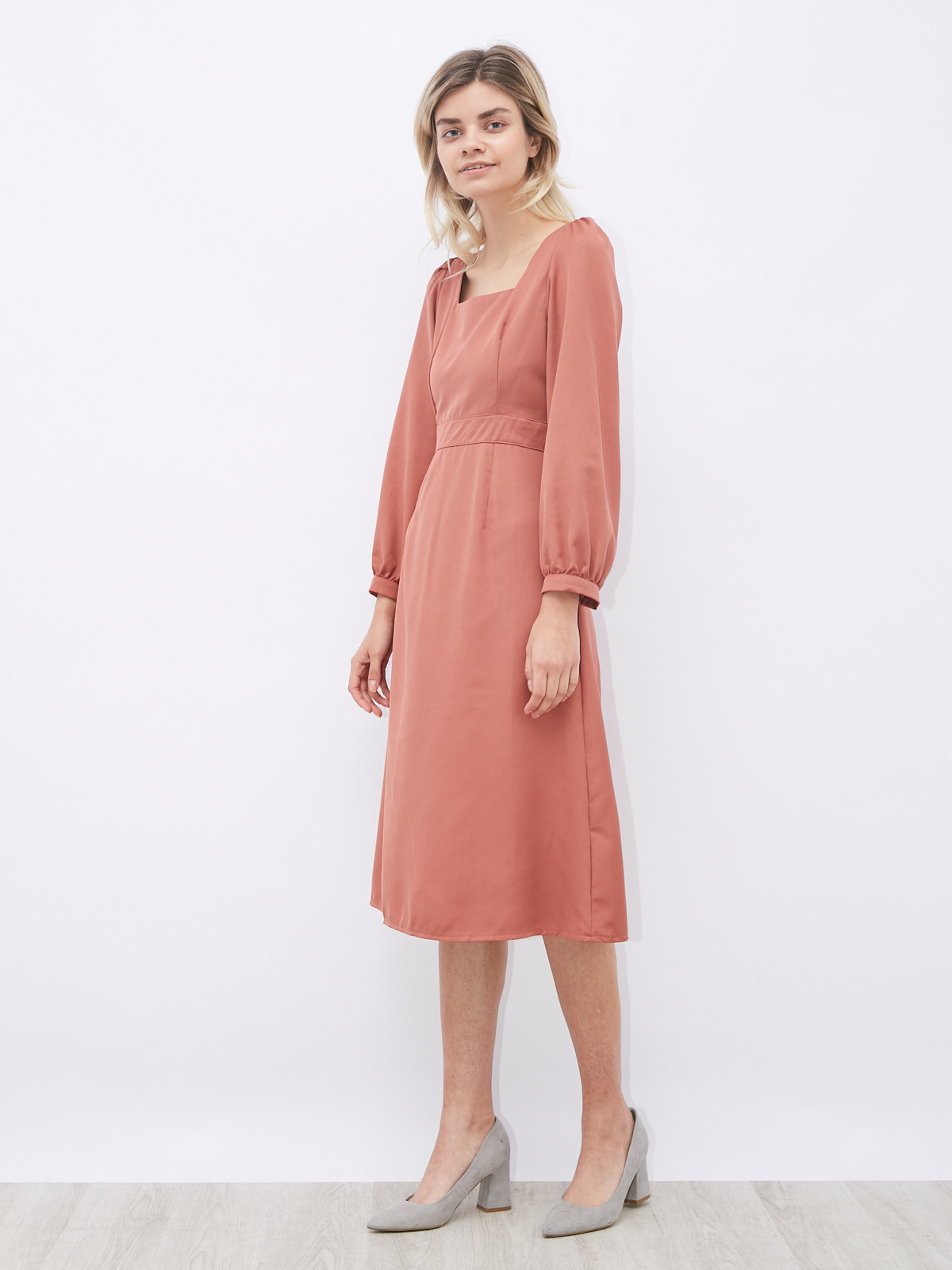Платье с квадратным вырезом и сборкой на плече