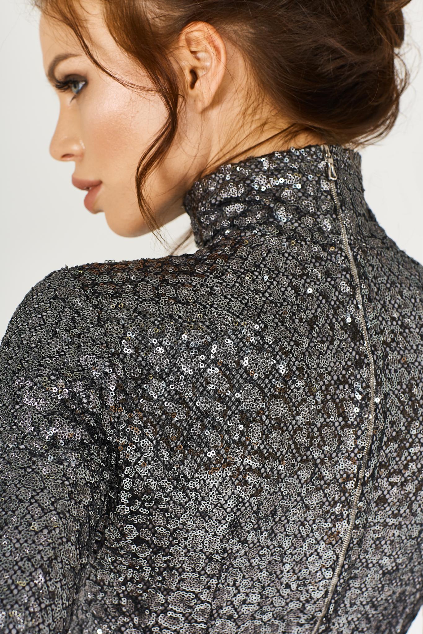 Облегающее серебряное платье-макси с пайетками, драпированное кожей и разрезом от бедра