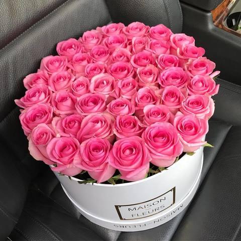 Нежно розовые розы в белой подарочной коробке