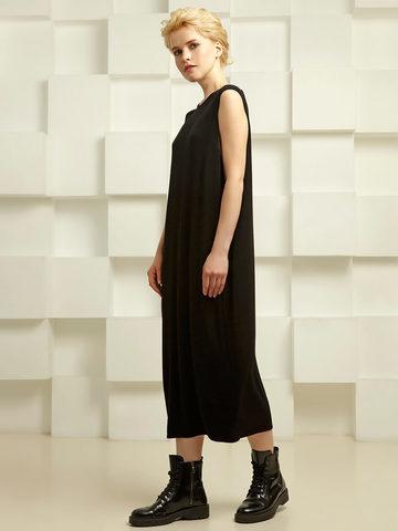 Платье зауженного силуэта со складками на спинке - фото 4