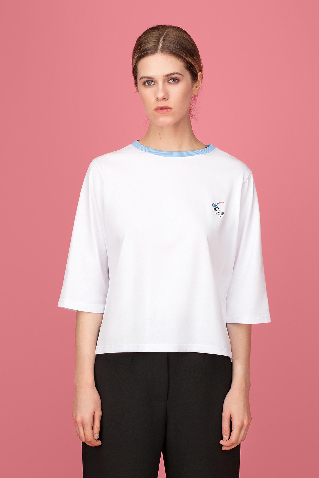Белая футболка с голубым воротником
